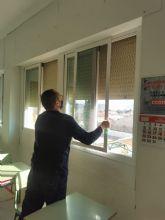 El Ayuntamiento de Puerto Lumbreras comienza la instalación de mosquiteras en las aulas de los colegios públicos del municipio