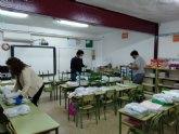 El Ayuntamiento de Alhama realiza el reparto de libros casa por casa a niños de infantil y primaria