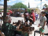 Decenas de visitantes asisten al Mercadillo Artesano de La Santa que se celebra el último domingo de cada mes junto al atrio del santuario