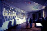 La instalación Inside Out de Mucho Más Mayo transforma un bajo comercial en una cámara oscura