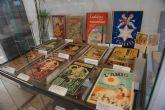 La biblioteca de Mazarrón amplía la muestra que recopila libros de la vieja escuela