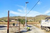 Infraestructuras instala dos nuevas luminarias solares en la zona oeste del municipio