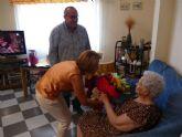 Servicios Sociales agasaja a la centenaria Inocencia Cabezas en el Día Internacional de las Personas Mayores