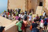 Un grupo de 38 niños asiste a la visita guiada al Castillo de la mano del arqueólogo municipal