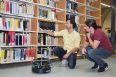 Un alumno del Máster de Industriales programa un robot que ayuda a localizar libros en la biblioteca