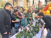 Del huerto a la plaza. Los alumnos del Colegio de Educación Especial 'Eusebio Martínez' ofrecen las plantas que han criado en un mercadillo en la calle Mayor