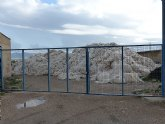 IU alerta de un vertedero ilegal de residuos plásticos junto al hospital Rafael Méndez