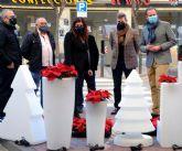 El Ayuntamiento instala adornos navideños en más de 500 comercios