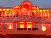 Luces y lazos rojos en solidaridad con los afectados por el SIDA