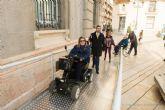 El Palacio Consistorial ya cuenta con una rampa desmontable para facilitar el acceso a personas con discapacidad