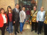 La consejera de Cultura y portavoz del Gobierno regional visita la ferretería San Antón