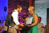 La consejera Noelia Arroyo entrega el premio al ganador del Festival Internacional de Cante Flamenco de Lo Ferro