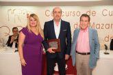 Miguel Sánchez Robles recibe su premio como ganador de los XXXIII cuentos 'Villa de Mazarrón'
