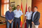 El alcalde recibe en su despedida como Jefe del Escuadrón de Zapadores Paracaidistas del Ejército del Aire, al Teniente Coronel González, y ha presentado a su relevo el Teniente Coronel Casas